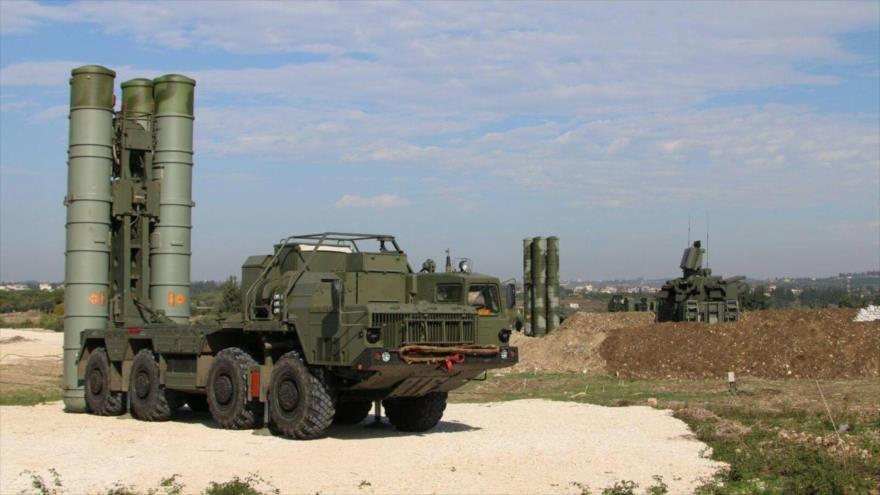 Sistemas de defensa antimisiles S-400 de Rusia desplegados en la base aérea de Hmeimim en la provincia de Latakia, en Siria.