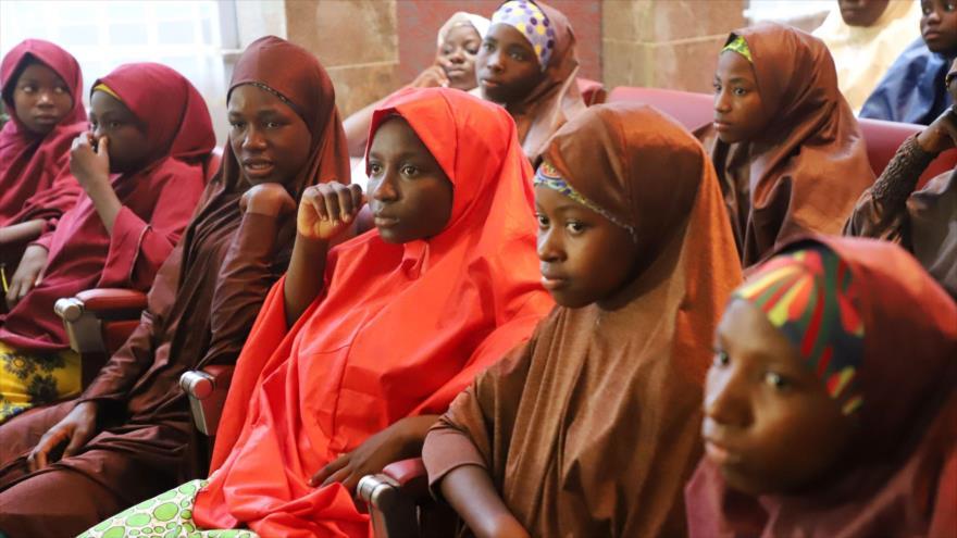 Niñas liberadas que fueron secuestradas por Boko Haram de su escuela en Dapchi, en el estado nororiental de Yobe, 23 de marzo de 2018.