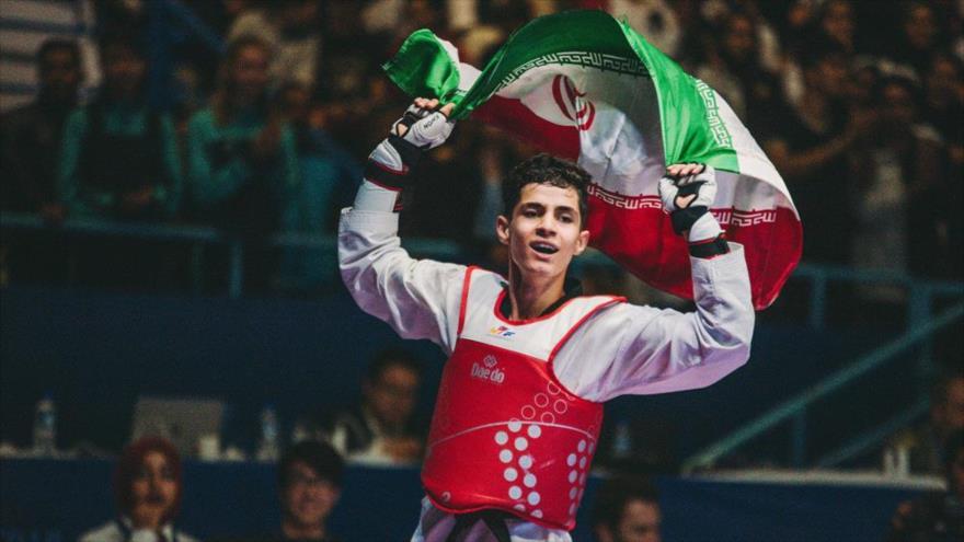 El taekwondista iraní Amir Valipur festeja su medalla de oro en el Campeonato Mundial de Taekwondo Junior de Túnez, 10 de abril de 2018.