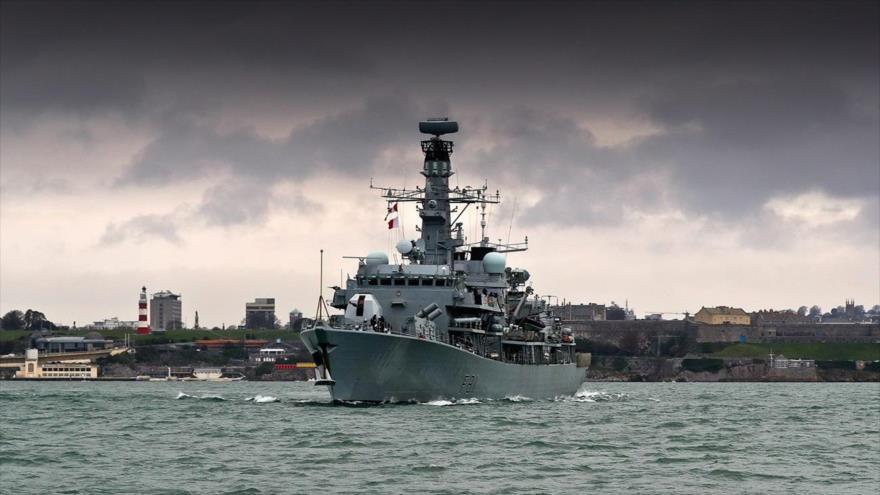 HMS Sutherland, una fragata antisubmarina de la Marina Real británica, navegando en Devonport, Plymouth.