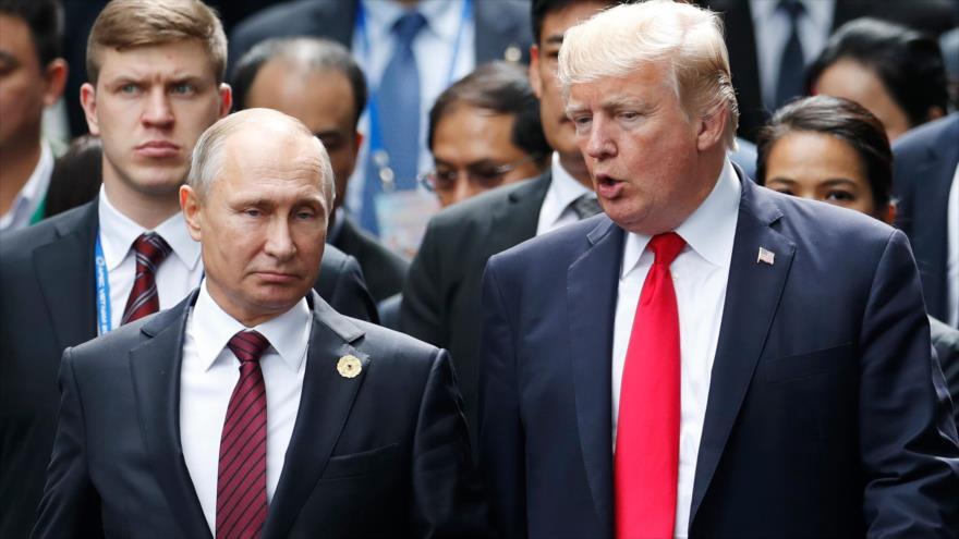 El presidente de EE. UU., Donald Trump (dcha.) y su homólogo ruso, Vladimir Putin, en Danang, Vietnam, 11 de noviembre de 2017.