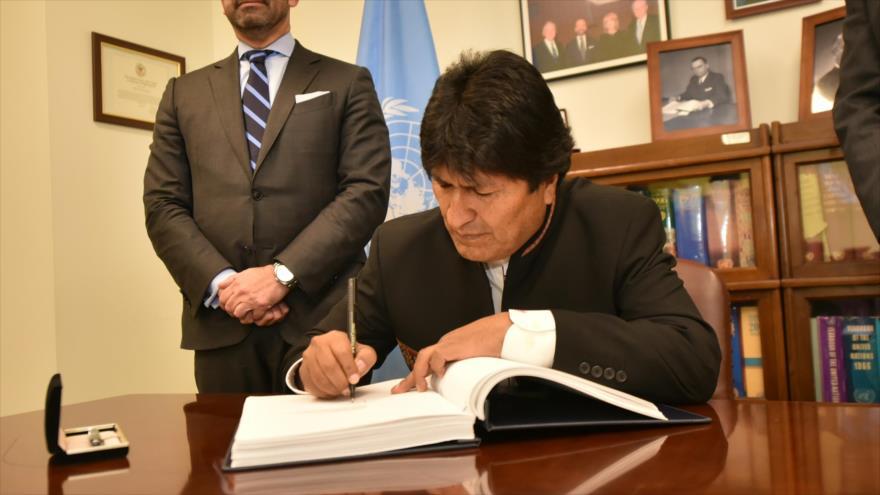 El jefe de Estado boliviano, Evo Morales, suscribe el tratado de la ONU para la Prohibición de Armas Nucleares en la sede del ente en Nueva York.