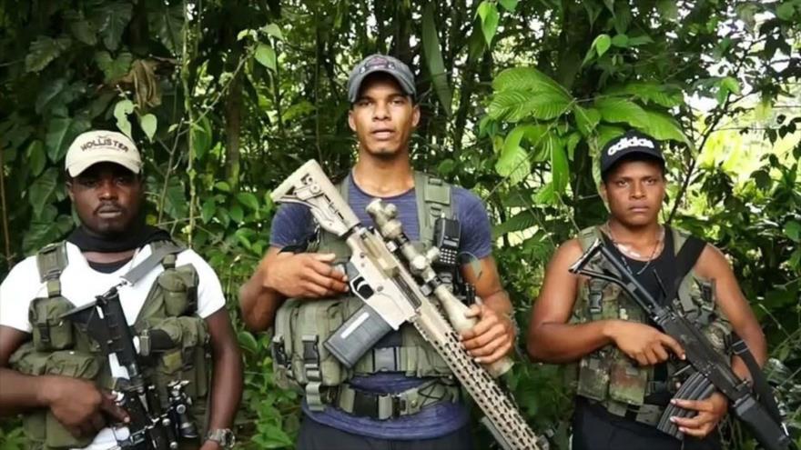 """El jefe del frente armado Oliver Sinisterra (centro), alias """"Guacho"""", supuesto grupo disidente de las disueltas Fuerzas Armadas Revolucionarias de Colombia (FARC)."""