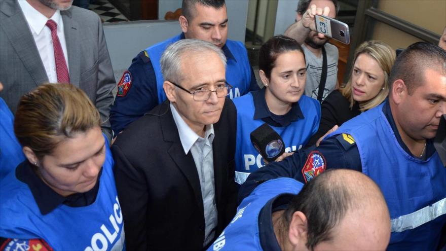 El sacerdote Justo José Ilarraz entra al tribunal de Paraná para ser juzgado, Argentina, 16 de abril de 2018.