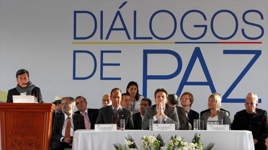 Representante de Gobierno colombino y el Ejército de Liberación Nacional (ELN), en una reunión de diálogos de paz en Quito, la capital de Ecuador.