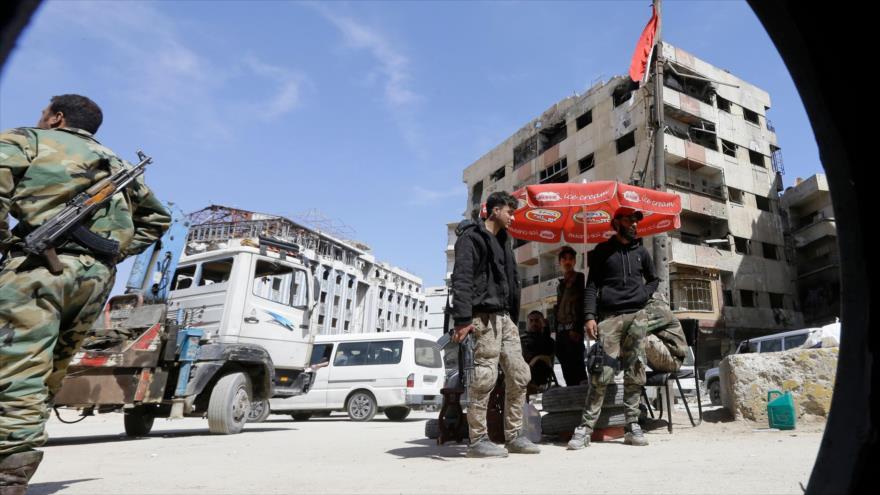 Los soldados sirios desplegados en una calle en Duma, en las afueras de Damasco (capital), 16 de abril de 2018.