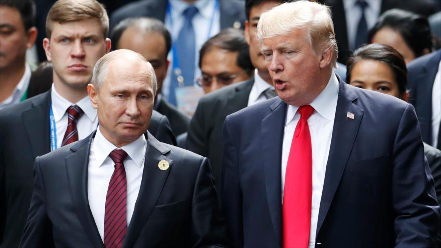 El presidente de Rusia, Vladimir Putin, y su par de EEUU, Donald Trump, durante la cumbre de APEC, en Vietnam, 11 de noviembre de 2017.