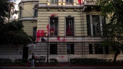 Activistas griegos 'pintan' embajada francesa por ataque a Siria