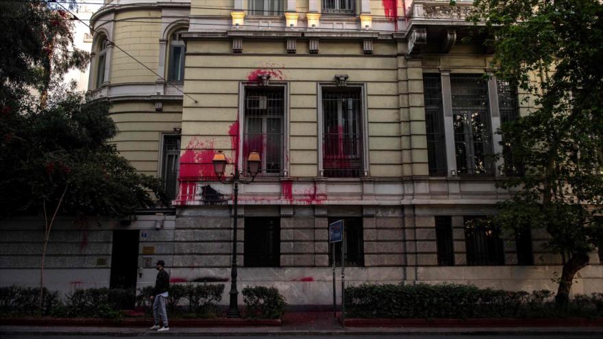 Fachada del consulado francés en Atenas (capital de Grecia), manchada de pintura roja del grupo anarquista local Ruvikonas, 22 de abril de 2018.