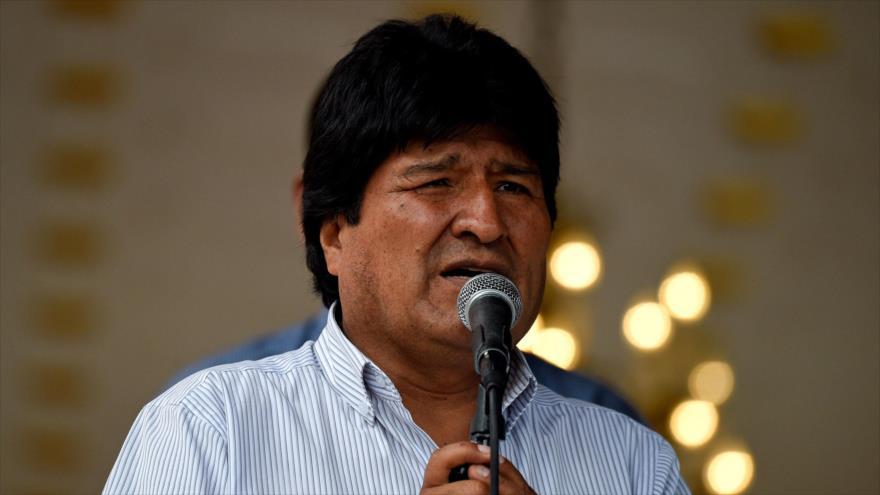 El presidente boliviano, Evo Morales, se dirige a los medios, junto al presidente venezolano en Caracas, el 15 de abril de 2018.
