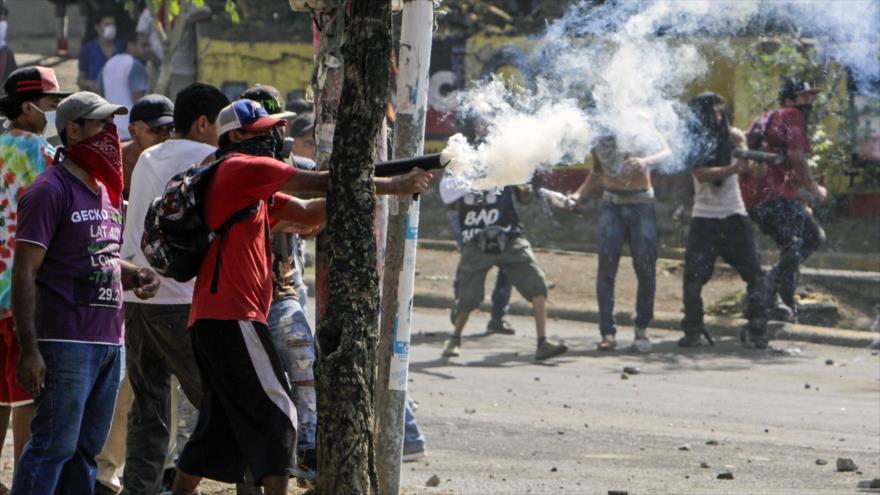 Estudiantes chocan con policías durante las protestas contra las reformas del Gobierno en Managua, capital de Nicaragua, 21 de abril de 2018.
