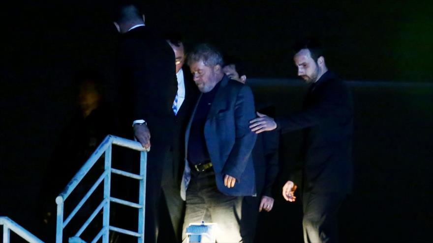 Lula da Silva, expresidente de Brasil, llega al cuartel de Policía Federal en Curitiba para cumplir su condena de 12 años de prisión, 7 de abril de 2018.