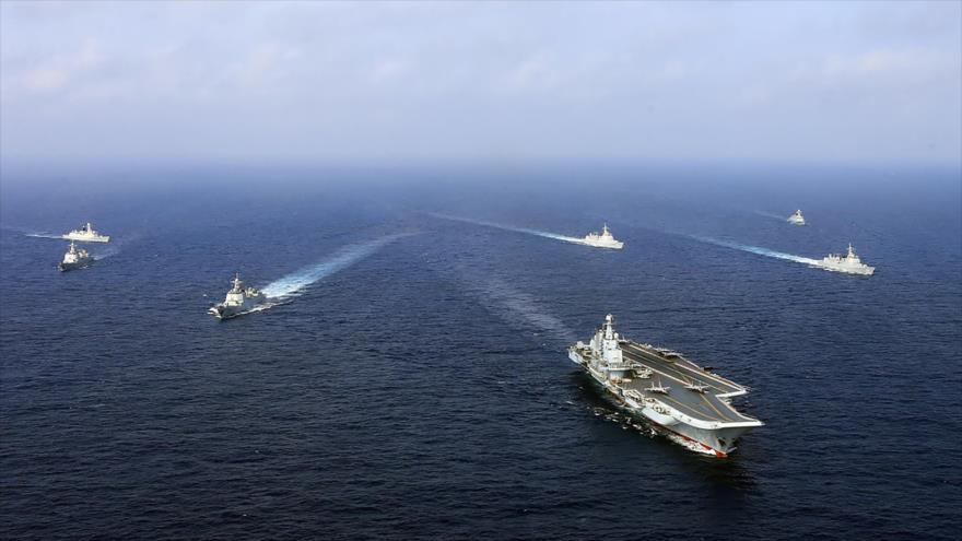Una flota de buques chinos, liderada por el portaviones Liaoning, realiza un ejercicio militar en el mar de la China Oriental, 20 de abril de 2018.