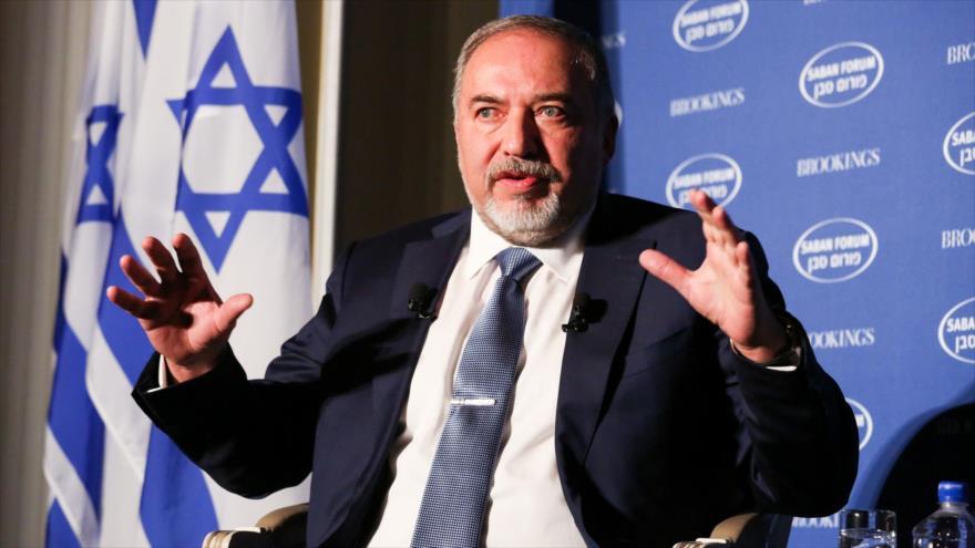 El ministro de asuntos militares del régimen de Israel, Avigdor Lieberman, habla con la prensa.