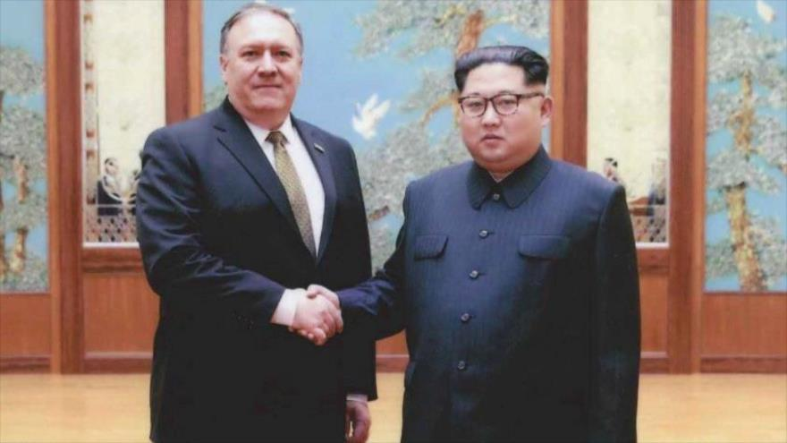 El nuevo secretario de Estado de Estados Unidos, Mike Pompeo (izda.), y el líder de Corea del Norte, Kim Jong-un, marzo de 2018.