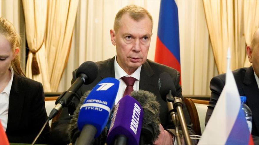 El representante de Rusia ante la OPAQ, Alexander Shulguín, habla en una conferencia de prensa en la Embajada rusa en La Haya, 16 de abril de 2018.