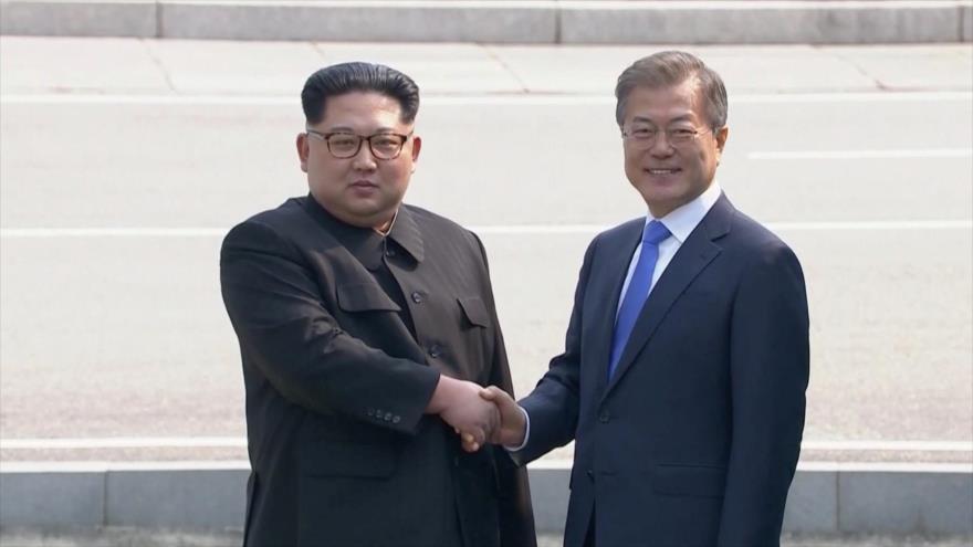 Kim cruza la frontera a pie y se saluda con presidente surcoreano