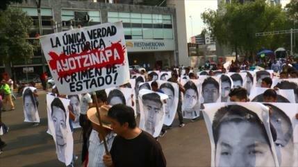 Mexicanos marchan por 43 meses de desaparición de estudiantes