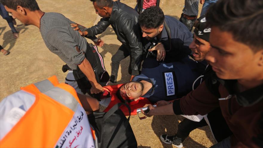 Un palestino herido durante las protestas de la Gran Marcha del Retorno en la frontera de la Franja de Gaza, 27 de abril de 2018.