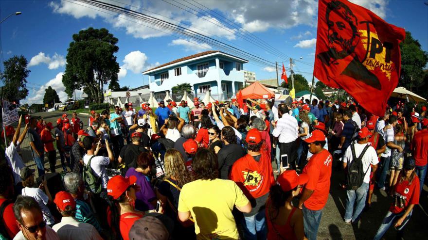 Los partidarios del expresidente brasileño Luiz Inácio Lula da Silva instalaron un campamento en Curitiba en apoyo a Lula, 9 de abril de 2018.