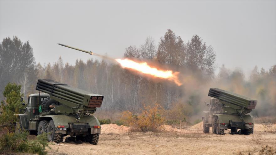 Lanzacohetes múltiples del Ejército de Ucrania realizan bombardeos.