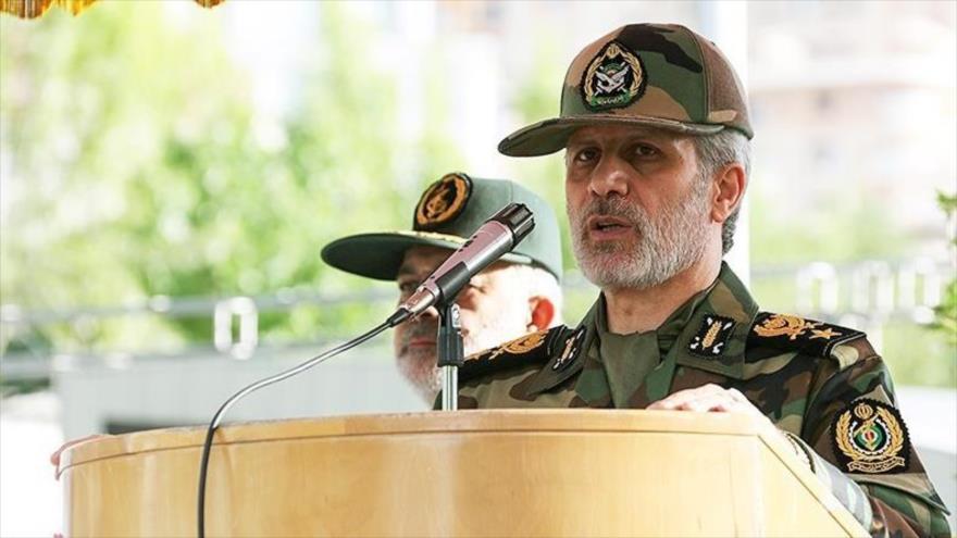 El general de brigada Amir Hatami, ministro de Defensa de Irán, habla en una ceremonia militar en Teherán, 29 de abril de 2018.
