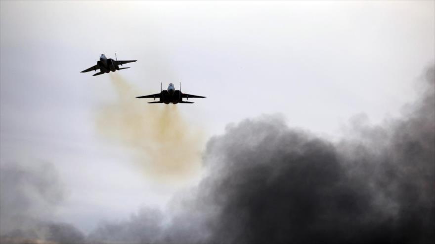 Aviones de guerra israelíes realizando bombardeos sobre Gaza.
