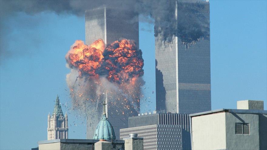 Imagen que muestra el momento en que ocurren los ataques contra las Torres Gemelas, 11 de septiembre de 2001.