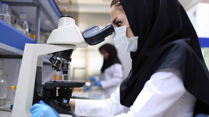 Una científica en el laboratorio de andrología del Instituto Royan en Teherán, capital de Irán.