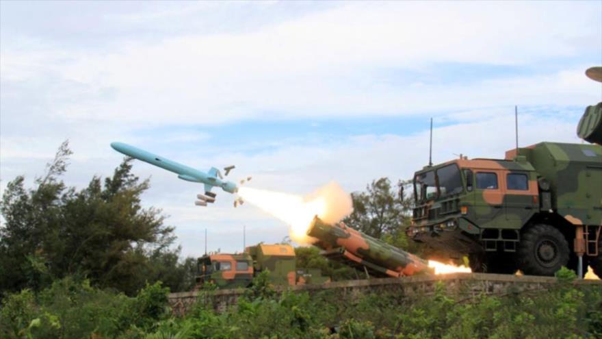 El misil de crucero antibuques de largo alcance chino C-602 / YJ-62 disparado desde una plataforma de lanzamiento.