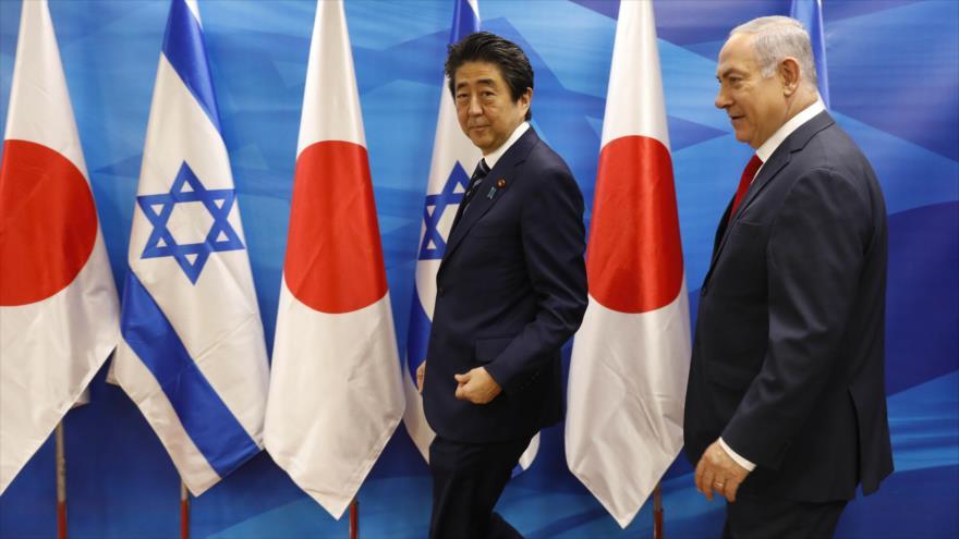 El primer ministro de Japón, Shinzo Abe (izq.), y su par israelí Benyamin Netanyahu, se reúnen en los territorios ocupados palestinos, 2 de mayo de 2018.