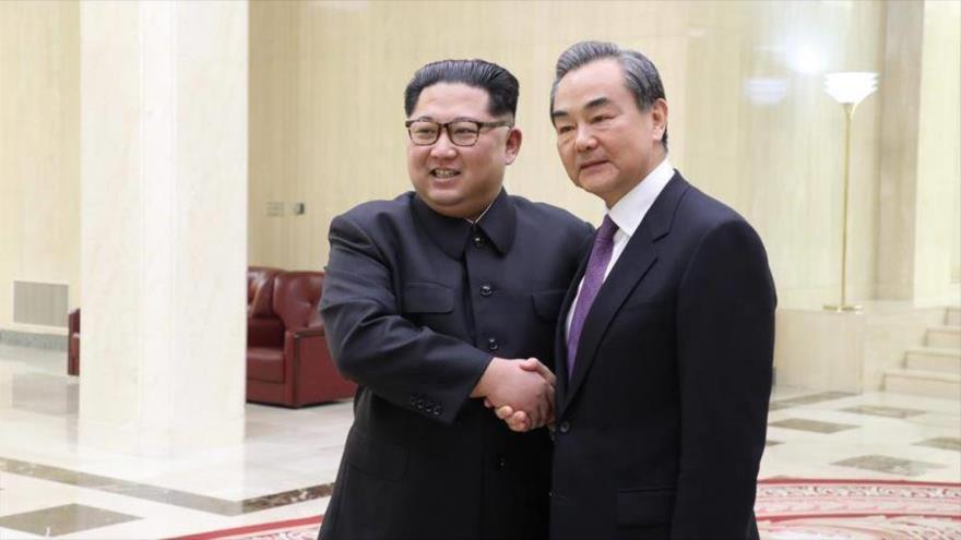 El líder norcoreano, Kim Jong-un (izda.), se reúne con el canciller chino, Wang Yi, 3 de mayo de 2018.