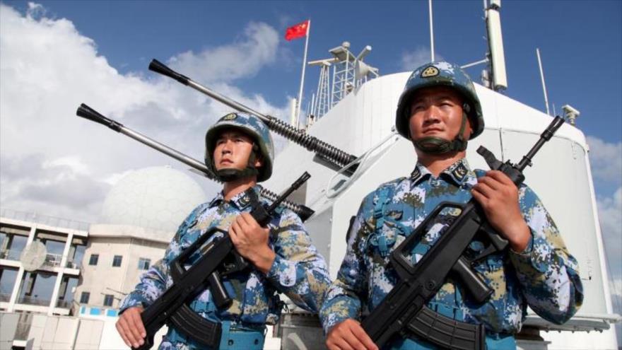 Fuerzas navales de China vigilan una base del país asiático en las islas en disputa Spratly (llamadas Nansha por Pekín) en el mar de China Meridional.