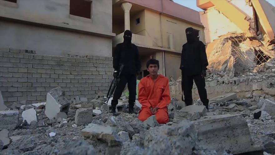 Terroristas de Daesh se preparan para ejecutar a un rehén en el norte de Irak.