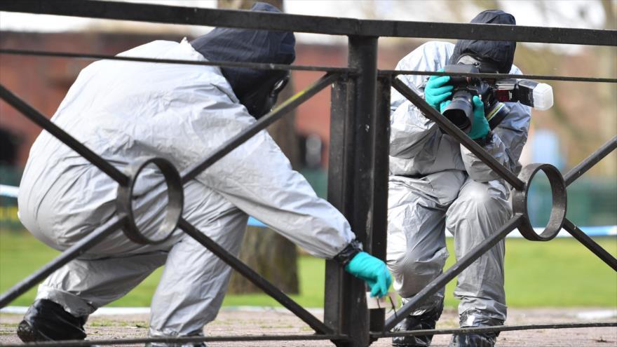 Expertos reúnen pruebas y muestras en un lugar de la ciudad británica de Salisbury, donde fueron envenenados los Skripal, 16 de marzo de 2018.