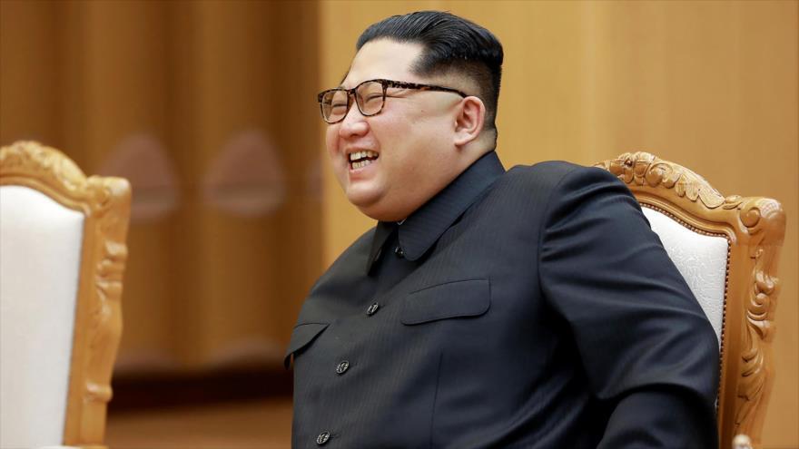 El líder norcoreano, Kim Jong-un, asiste a una reunión con el canciller chino en un lugar no revelado en Corea del Norte, 3 de mayo de 2018.
