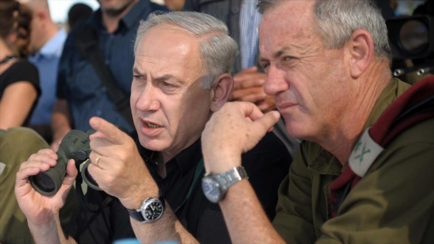 El premier israelí, Benyamin Netanyahu, observa posiciones militares.