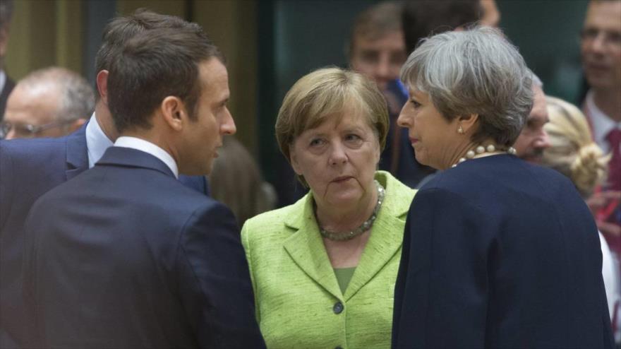 El presidente francés, Emmanuel Macron; la canciller alemana, Angela Merkel, (centro), y la primera ministra británica, Theresa May (dcha.), hablan al margen de un evento en Bruselas.