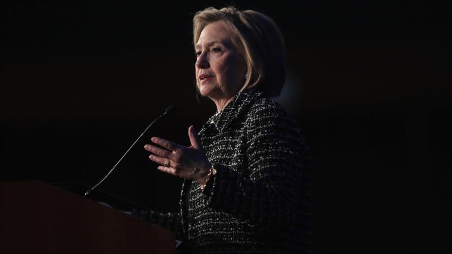 La exsecretaria de Estado de EE.UU. Hillary Clinton pronuncia un discurso en la ciudad estadounidense de Chicago, 12 de abril de 2018.