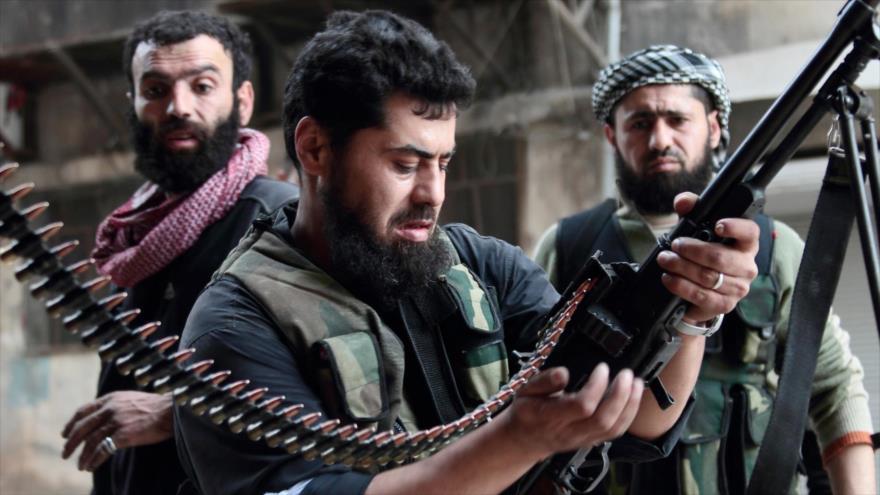 Tres soldados de los llamados rebeldes sirios en Alepo, noroeste de Siria.