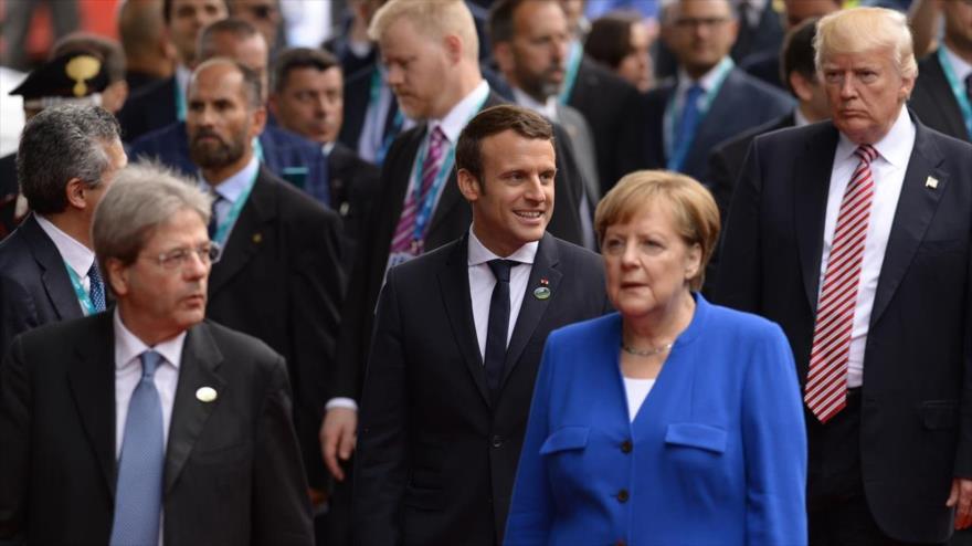 El presidente de EE.UU., Donald Trump, detrás de varios mandatarios europeos en una cumbre internacional.