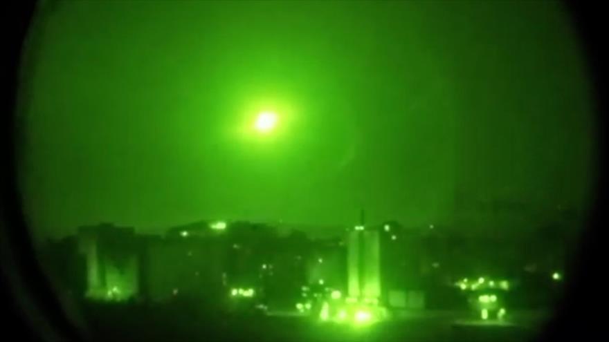 Imagen capturada de un vídeo lanzado el 10 de mayo de 2018 muestra que los sistemas sirios de defensa antiaérea interceptan misiles israelíes.