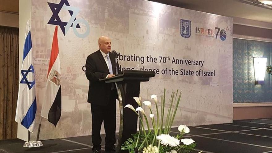 El embajador del régimen israelí en Egipto, David Govrin, da un discurso en la sede consular en El Cairo, la capital egipcia.