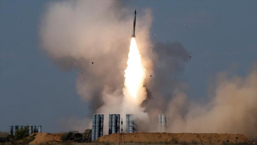 El sistema de misiles de defensa antiaérea S-300 lanza un misil en el campo de tiro Ashuluk en las afueras de Astrakhan, 5 de agosto de 2017.