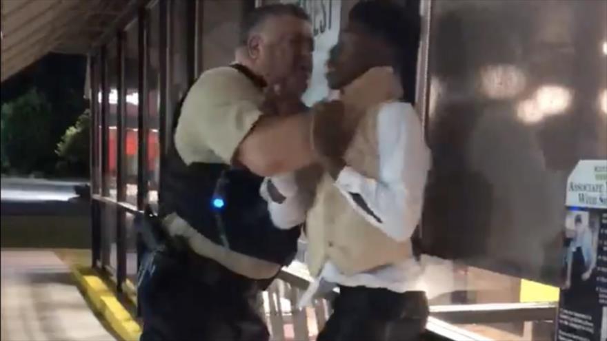 Vídeo: Arrestan a afroamericano en EEUU estrangulándolo y a golpes