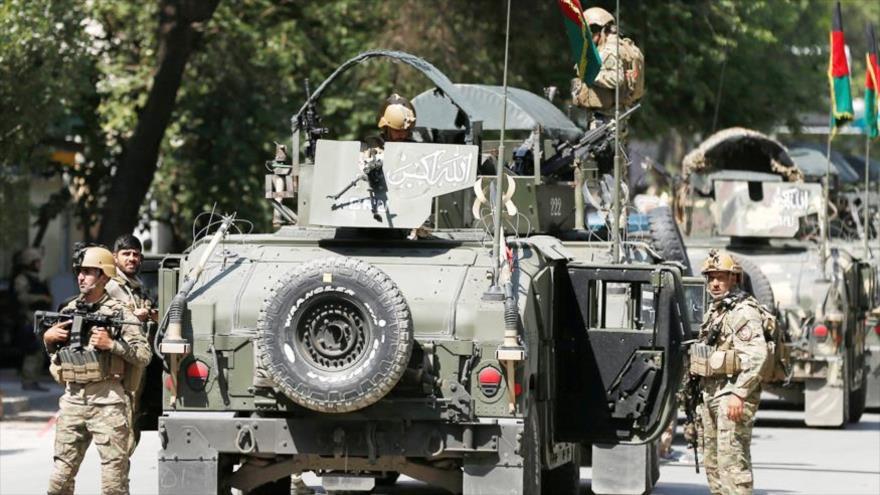Fuerzas de seguridad afganas llegan al lugar de un ataque y un tiroteo en Kabul, capital de Afganistán, 9 de mayo de 2018.