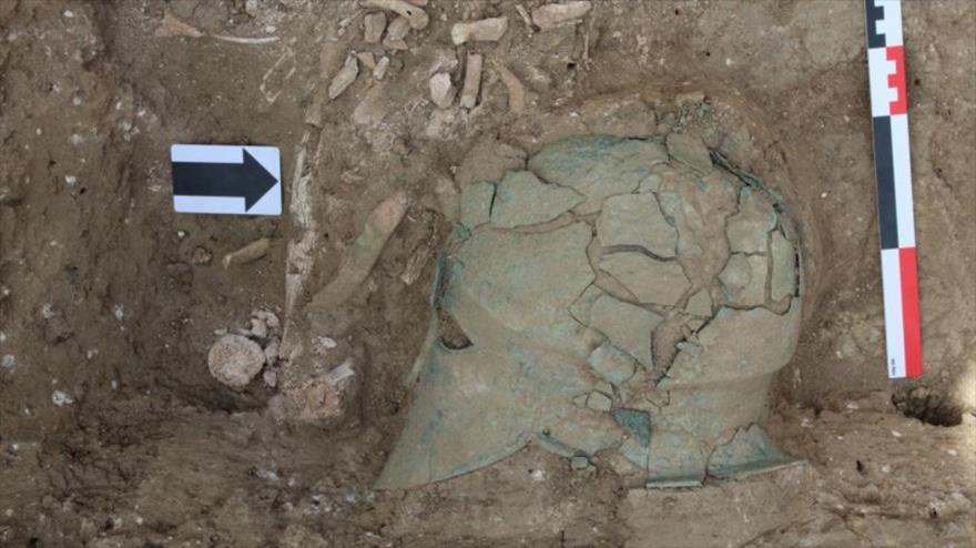 El casco de bronce perteneciente a la época clásica de la antigua Grecia, hallado en Rusia.