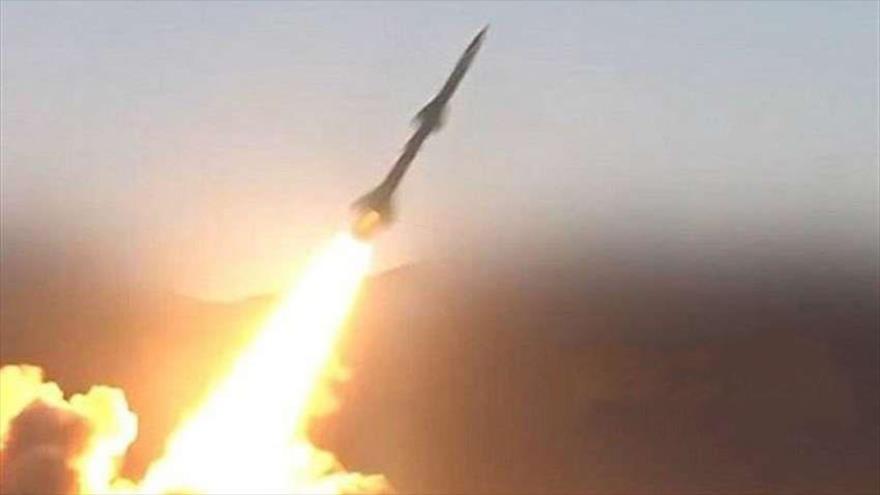 Fuerzas yemeníes lanzan un misil Badr-1 de fabricación nacional contra posiciones militares de Arabia Saudí.