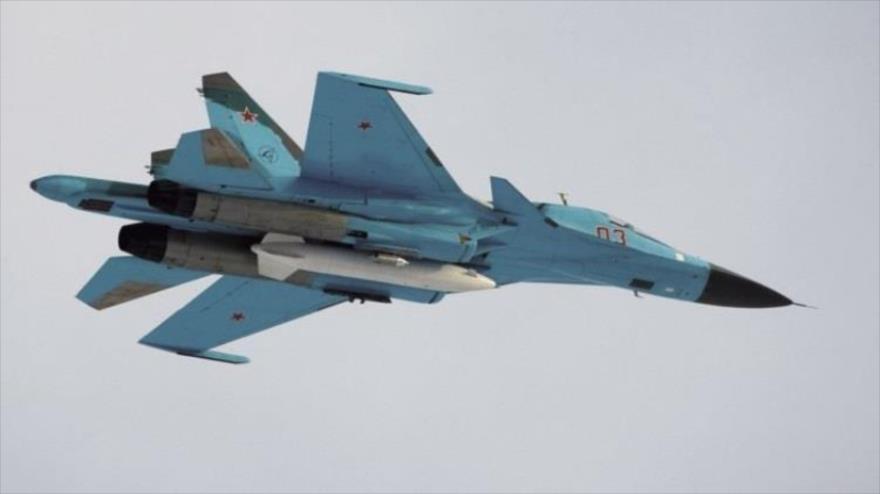 Un avión de combate ruso, modelo Sujoi Su-34, en pleno vuelo.