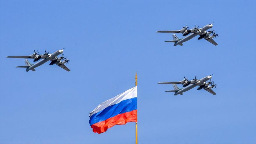 Bombarderos estratégicos rusos Tupolev Tu-95 durante un ensayo para el desfile militar del Día de la Victoria en Moscú, 4 de mayo de 2018.
